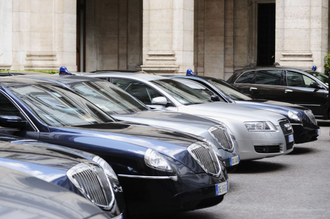 Auto blu, caccia al decreto. Resta solo la slide di Renzi