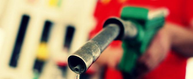 Mancano 700 milioni e Renzi senza fantasia ci aumenta la benzina